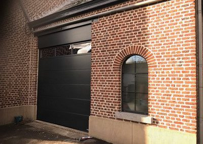 Installation d'une porte de garage sectionnelle Hörmann à Blégny